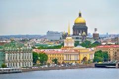 Panorama von St Petersburg in der bewölkten Sommertagesvogelaugenansicht Stockfotografie