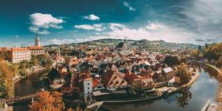 Panorama von Stadtbild Cesky Krumlov, Tschechische Republik Sonniger Herbst lizenzfreie stockfotos