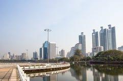 Panorama von Stadtbild mit Wolkenkratzern und Himmel zeichnen von Benjakitti-Park in Bangkok, Thailand stockbilder