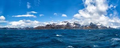 Panorama von Stomness-Inseln mit Schnee bedeckte Berge mit einer Kappe Stockfotos