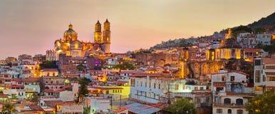 Panorama von Taxco-Stadt bei Sonnenuntergang, Mexiko lizenzfreies stockbild