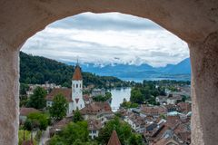 Panorama von Thun, von Betrachtenschlössern der Schweiz, von Seen und von Stadt stockfotografie