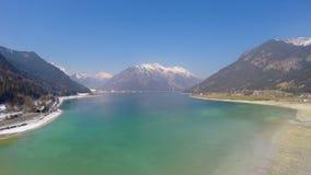 Panorama von tiefem blauem See an den schneebedeckten Bergen erreichen, Spiegel ähnliche Wasseroberfläche einen Tiefstand stock video footage