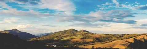 Panorama von Toskana im warmen Glättungslicht lizenzfreies stockbild