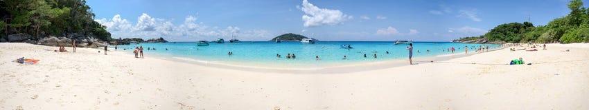 Panorama von Touristen auf dem Strand in Similan-Insel Lizenzfreies Stockbild