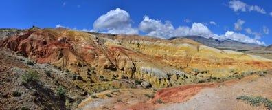 Panorama von unrealy schönen bunten Lehmklippen in Altai-moun Lizenzfreies Stockfoto