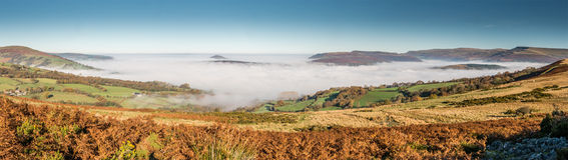 Panorama von Usk-Tal in der tiefen Wolke und im Herbstsonnenschein Lizenzfreies Stockfoto