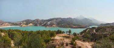 Panorama von Verdammung Gecitkoy Dagdere mit Türkiswasser nahe Kyrenia, Nord-Zypern stockfoto