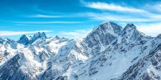 Panorama von weißen Bergen im Schnee Lizenzfreie Stockfotos