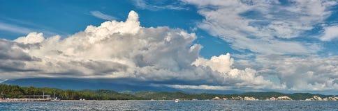Panorama von Wolken über dem Meer lizenzfreie stockfotografie