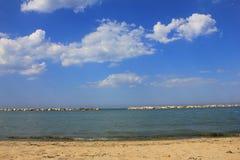 Panorama von Wolken vor dem Meer Stockfotos