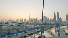 Panorama von Wolkenkratzern von Dubai morgens bei Sonnenaufgang Dubai-Grieche-Bezirk Schießen in der Bewegung mit elektronischem stock video