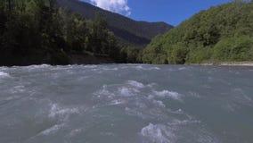Panorama vor dem Wasser Gebirgsflussnahaufnahme Die Landschaft von Russland Arkhyz stock video