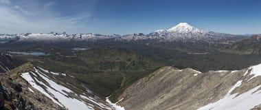 Panorama: vulkaniskt) landskap för berg (av Kamchatka Fotografering för Bildbyråer