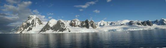 Panorama - Weerspiegelingen van ijzige icefalls en bergen, met bewolkte blauwe hemel Stock Fotografie