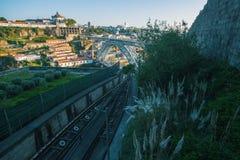 Panorama, welches die Brücke Dom Luis I im Hintergrund, Porto übersieht Lizenzfreies Stockbild
