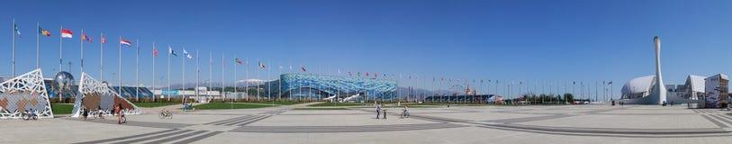 Panorama, welches die Wand von Meistern des XXII olympisch und der Paralympic-Spiele, der Eisberg-Eislaufpalast, das Fisht-Stadio lizenzfreies stockfoto