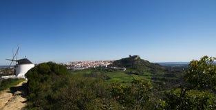 Panorama wiatrowy młyn i Palmela pod niebieskim niebem Portugalia Zdjęcia Royalty Free