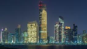 Panorama widok Abu Dhabi nadbrzeże przy nocy timelapse i linia horyzontu, Zjednoczone Emiraty Arabskie zbiory wideo
