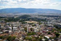 Panorama widok Ateny miasto od akropolu pokazuje antyczną ruinę, niebo, białego budynków architektura, drzew, halnego i jaskraweg Obraz Stock