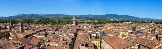 Panorama widok na mieście od Torre delle Rudny zegarowy wierza w Lucca Włochy obraz stock