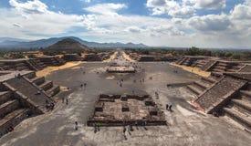 Panorama widok na Teotihuacan i ostrosłupie droga nieboszczyk i słońce Zdjęcie Stock