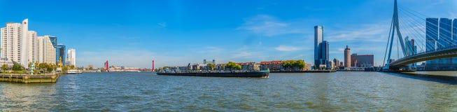 Panorama widok Nieuwe Maas rzeka z Rhine barką na rzece i czerwonym kablu zostawał Willems most zdjęcie stock