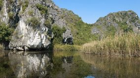 Panorama widok piękna kras sceneria, rzeka i ryżowego irlandczyka pola, zbiory