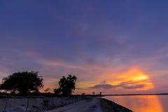 Panorama widok z colourful zmierzchu i zmierzchu niebem, tropikalna wyspa Bali, Indonezja Ciemna scena z samochodem i Fotografia Stock
