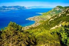 Panorama widoku przylądek Kameny Vourla morze egejskie i miasto Touris zdjęcia royalty free