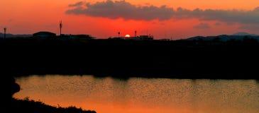 Panorama widoku sylwetki miasta rzeki i wsi odruch w zmierzchu na niebo czasu pięknej kolorowej krajobrazowej mrocznej sztuce nat Obraz Stock