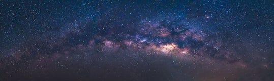 Panorama widoku wszechświatu przestrzeni strzał milky sposobu galaxy z gwiazdami na nocnym niebie