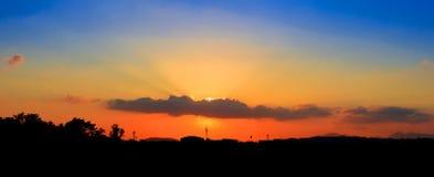 Panorama widoku zmierzch w niebo sylwetki miasta wsi i drzewo lasu czasu pięknej kolorowej krajobrazowej mrocznej sztuce natura Zdjęcia Royalty Free