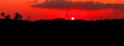Panorama widoku zmierzch w niebo sylwetki miasta wsi i drzewo lasu czasu pięknej kolorowej krajobrazowej mrocznej sztuce natura Zdjęcie Stock
