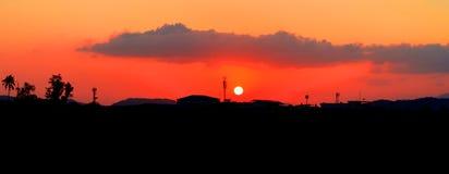 Panorama widoku zmierzch w niebo sylwetki miasta wsi i drzewo lasu czasu pięknej kolorowej krajobrazowej mrocznej sztuce natura Fotografia Stock