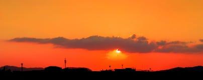 Panorama widoku zmierzch w niebo sylwetki miasta wsi i drzewo lasu czasu pięknej kolorowej krajobrazowej mrocznej sztuce natura Obraz Royalty Free