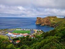 Panorama wizerunek boisko do piłki nożnej, krajobraz obok falezy i atlantycki morze pod obrazy royalty free