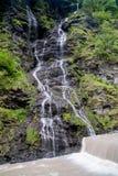 Panorama wysoka malownicza siklawa w bujny zieleni lasu krajobrazie zdjęcie royalty free