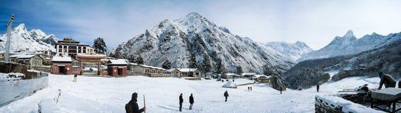 Panorama y montaña del monasterio de Tengboche imagen de archivo libre de regalías
