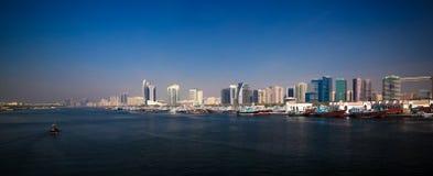 Panorama z arabskim łodzi aka Dhow przy Dubaj zatoczką, UAE fotografia stock