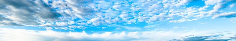 Panorama z biel chmurami i niebieskim niebem Obrazy Royalty Free