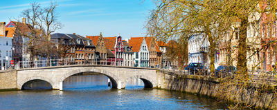 Panorama z kanału, bridżowych i kolorowych tradycyjnymi domami w Brugge, Belguim Obraz Royalty Free