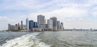 Panorama z widokami Manhattan z promów terminalami i mostem brooklyńskim, Nowy Jork, Stany Zjednoczone zdjęcia stock