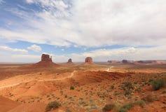 Panorama z Zachodnim mitynki Butte, Wschodnim mitynki Butte i Merrick Butte w Pomnikowej dolinie, arizonan fotografia royalty free