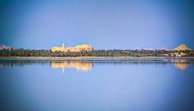 Panorama Zaytun jezioro, ruiny Amun Oracle świątynia i góra Dakrour w Siwa oazie, Egipt w Siwa oazie, Egipt obrazy stock