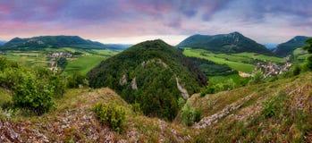 Panorama zielona halna wieś Zdjęcie Stock