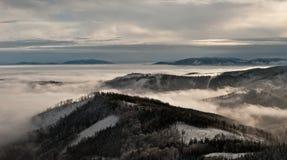 Panorama zimy Beskids góry z mglistym Zdjęcie Royalty Free