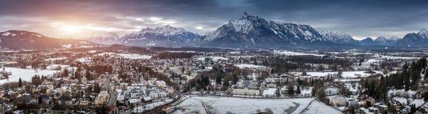 Panorama zmierzch nad Austriackimi Alps zakrywającymi w śniegu Zdjęcia Royalty Free