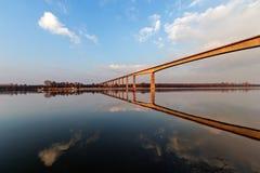 Panoramaansicht über Brücke über dem Fluss Lizenzfreie Stockfotos