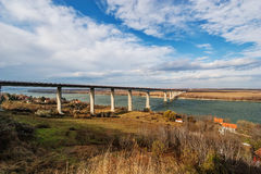 Panoramaansicht über Brücke über dem Fluss Lizenzfreie Stockfotografie